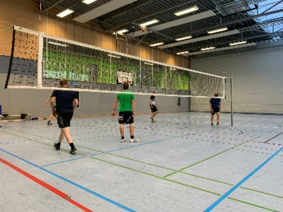 Training der Volleyball Herren nun auch in der Halle