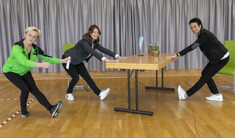 Am Tisch stehend fit bleiben - das nächste Fitnessvideo für zuhause
